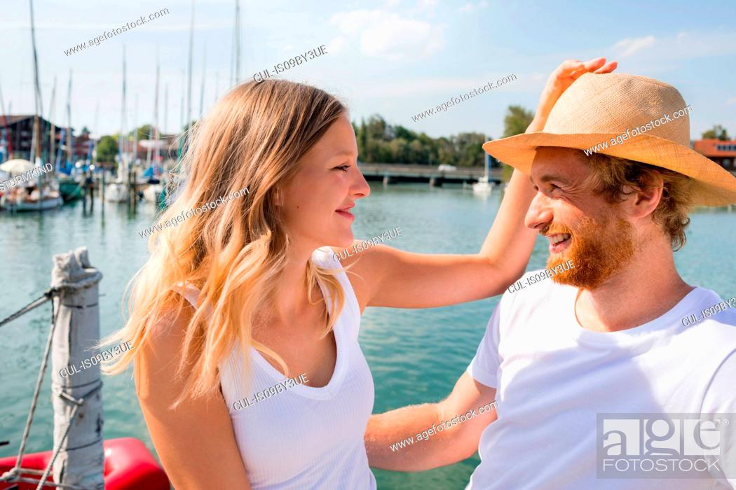 Photo de stock: Young couple on sailboat on Chiemsee lakeside, Bavaria, Germany.