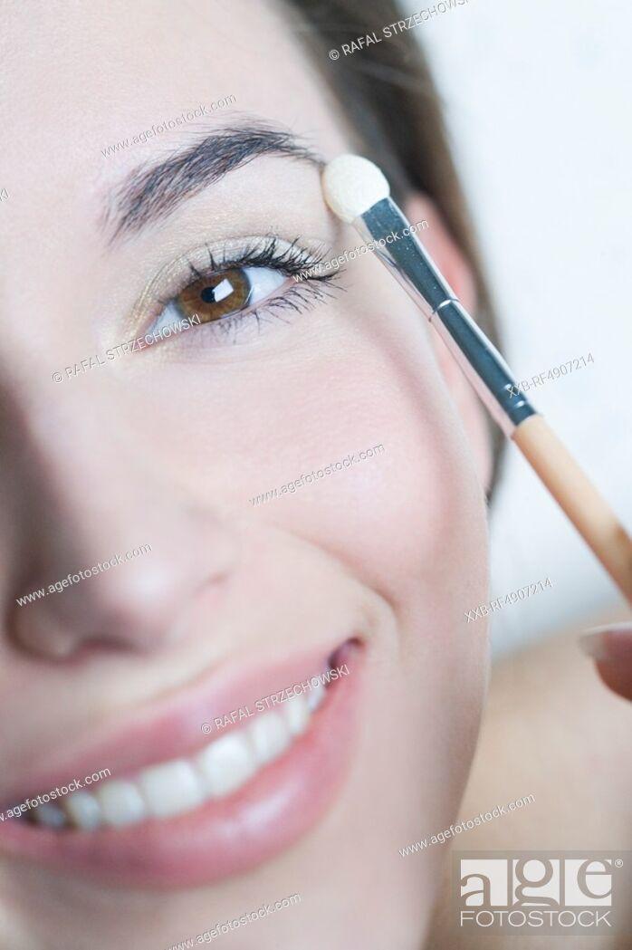 Imagen: woman applying eye shadow.