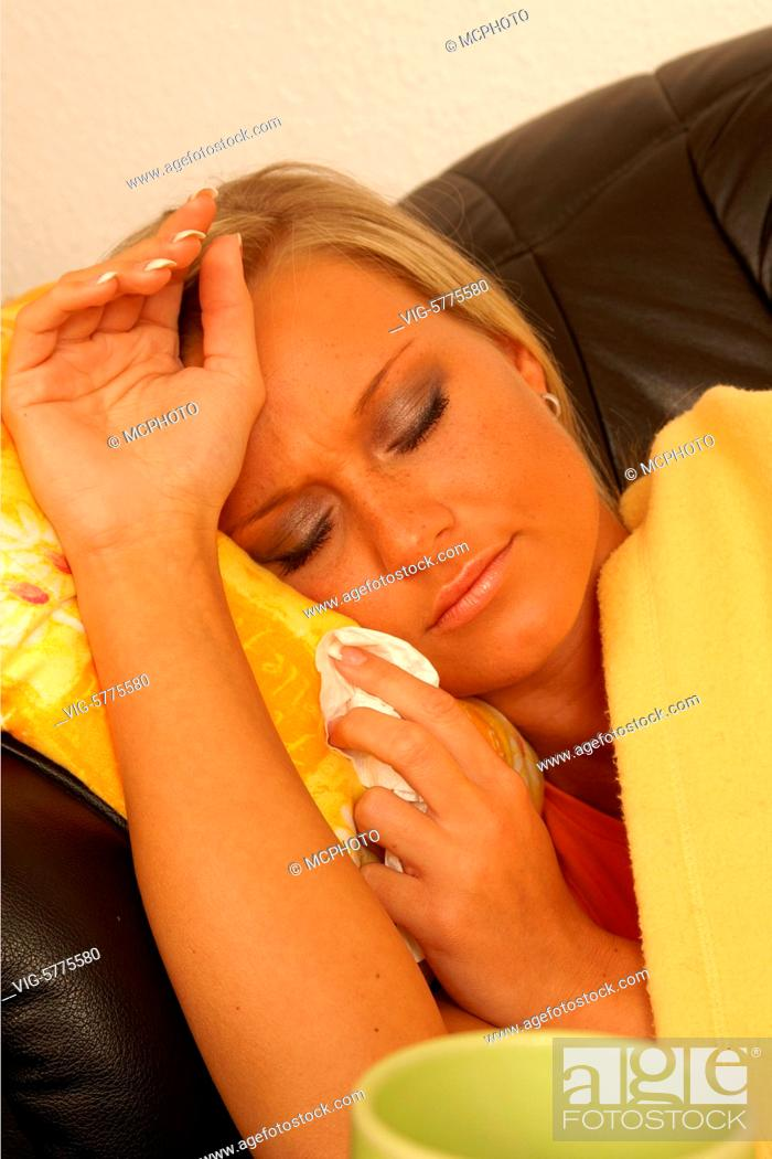 Stock Photo: Eine junge Frau liegt krank auf dem Sofa, 2006 - Hamburg, Germany, 26/01/2006.
