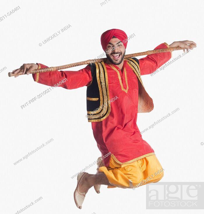Imagen: Man doing Bhangra the folk dance of Punjab in India.