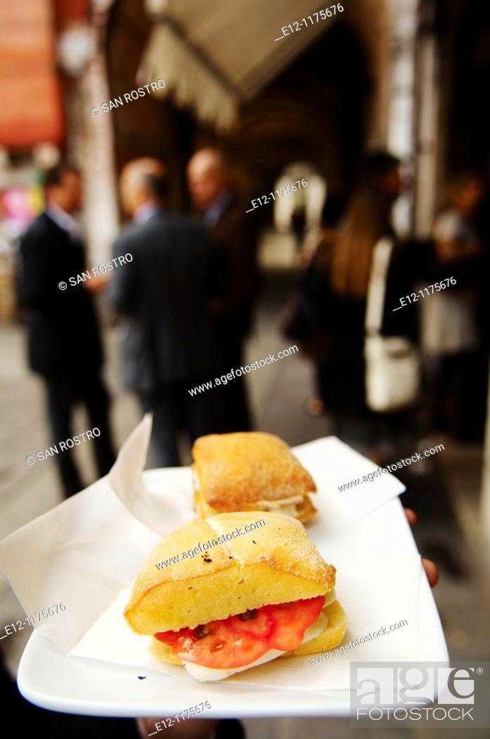 Photo de stock: Italy, Venice, Laguna, Islands, snack in the street near the market in the small bar called 'bacari'.