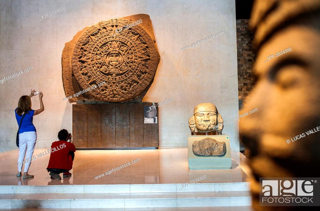 Photo de stock: The Aztec Stone of the Sun and other artifacts on display at National Museum of Anthropology, Mexico City, Mexico.