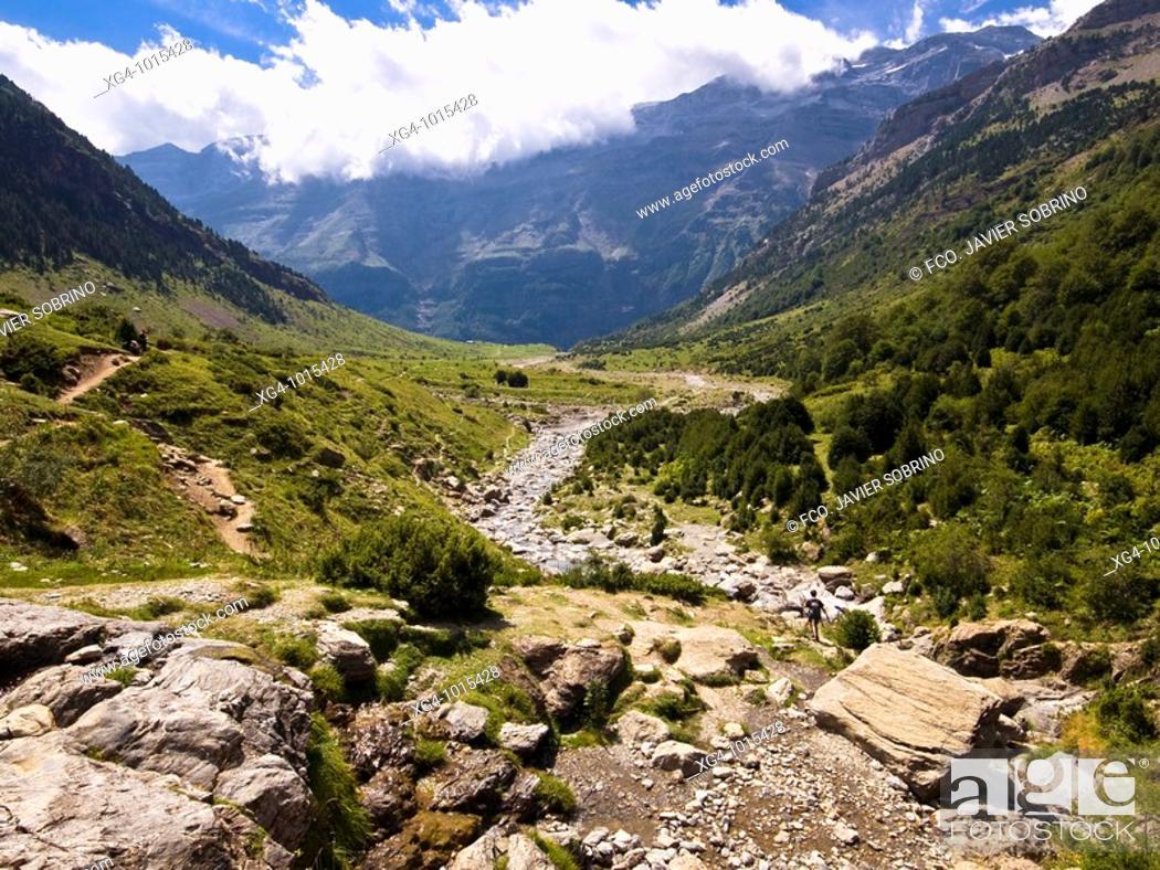 Stock Photo: Valle glaciar colgado de los Llanos de la Larri, en el Valle de Pineta - Bielsa - Sobrarbe - Huesca - Aragón - Pirineo Aragonés.