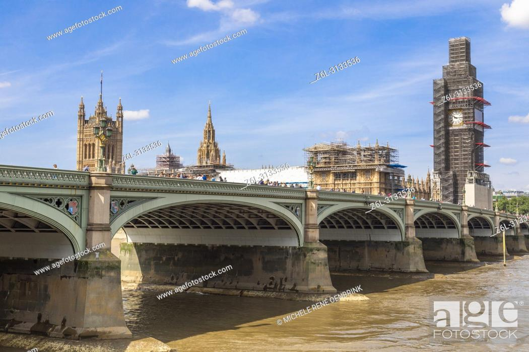 Imagen: London Southbank looking towards Westminster bridge and the Houses of Parliment complete with scaffolding restoration on Big Ben or Elizabeth Tower.