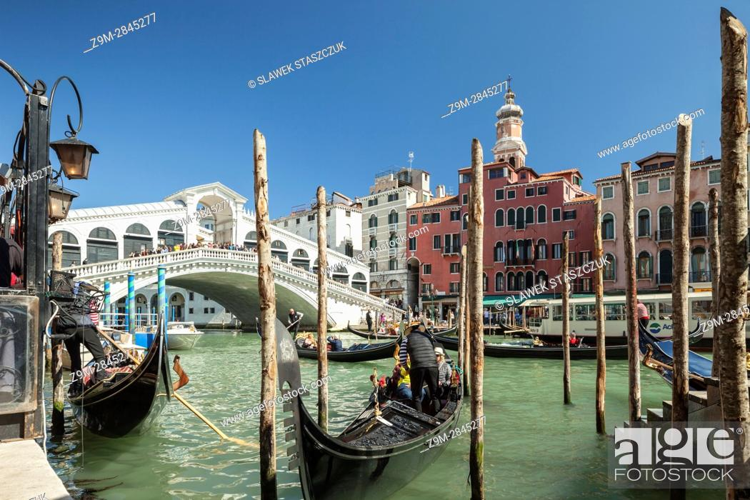 Imagen: Rialto Bridge across Grand Canal, connecting the sestieri of San Polo and San Marco, Venice, Italy.