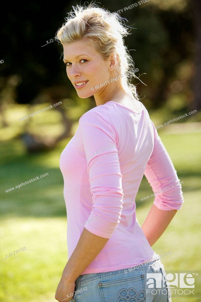Imagen: Woman standing outdoors looking at camera.