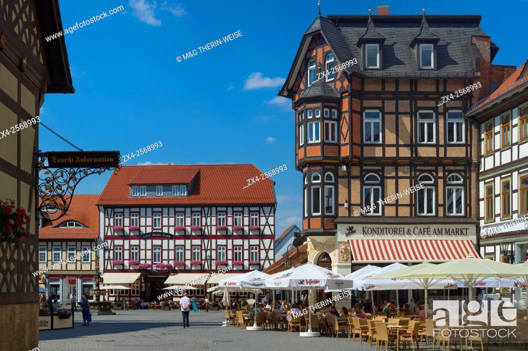 Imagen: Half-timbered houses and Cafe on the market square, Wernigerode, Harz, Saxony-Anhalt, Germany, Europe.