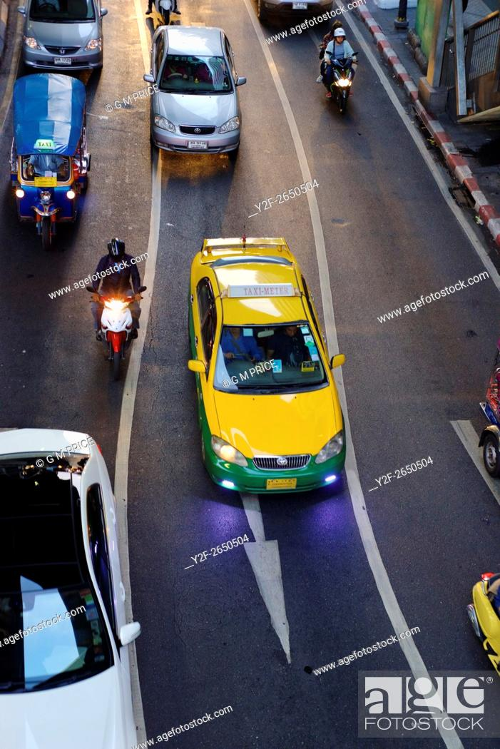 Imagen: elevated view of cars near Silom shopping centre.