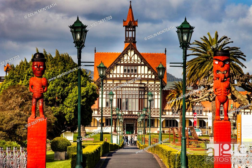 Photo de stock: Rotorua Museum entrance pathway lined by lamps and Maori wooden carved figures, Government gardens, Rotorua.