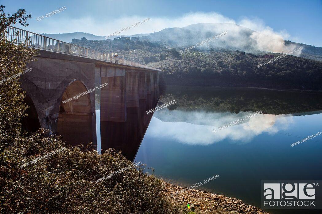 Imagen: La Pesga bridge over Gabriel y Galan Reservoir waters, Caceres, Spain. Local people crossing the bridge.
