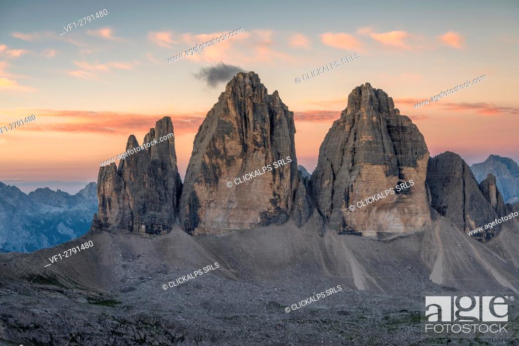 Photo de stock: Sesto/Sexten, Dolomites, South Tyrol, Italy. Dawne over the Tre Cime di Lavaredo/Drei Zinnen. Taken from the summit of Torre di Toblin/Toblinger Knoten.