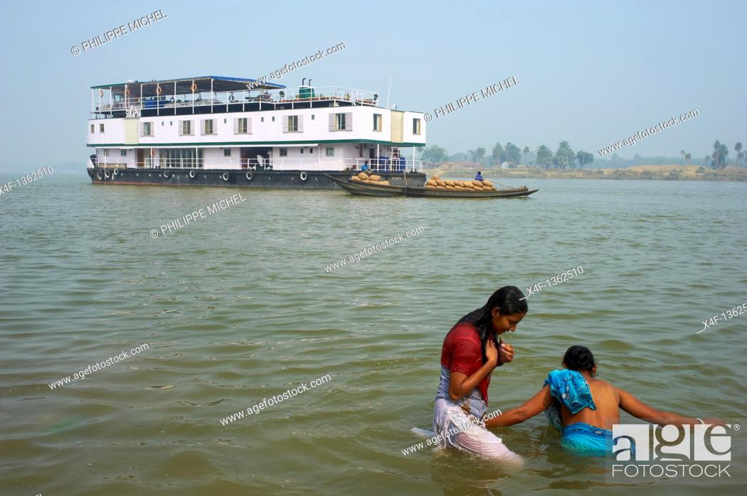 Stock Photo: India, West Bengal, Sukapha boat on the Hooghly river, part of Ganges river, ritual bath.