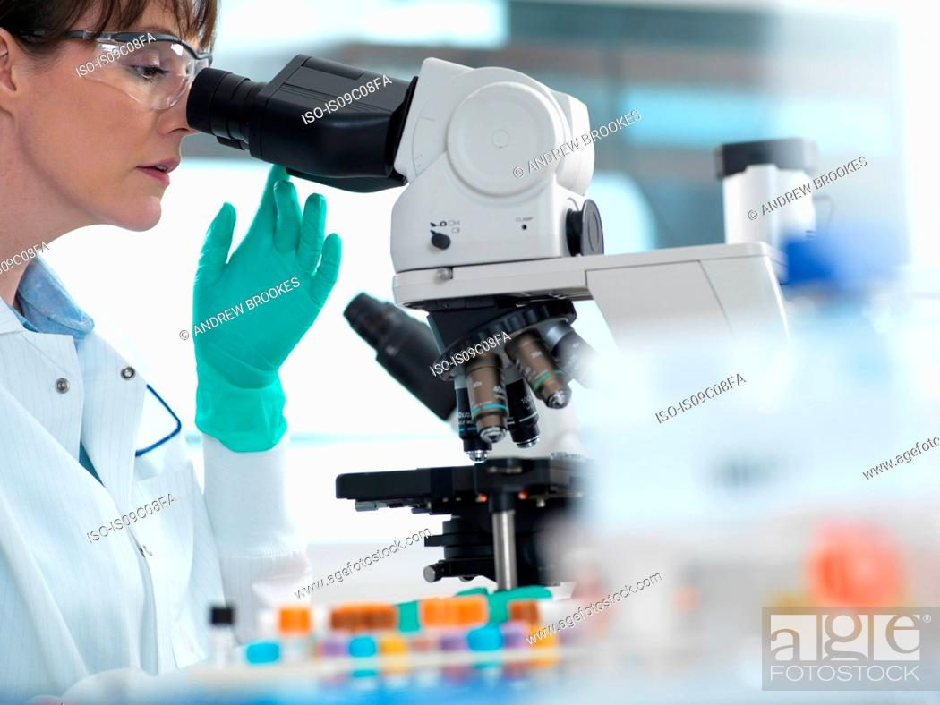 Imagen: Medical testing of variety of human samples including blood and tissue under microscope in laboratory.