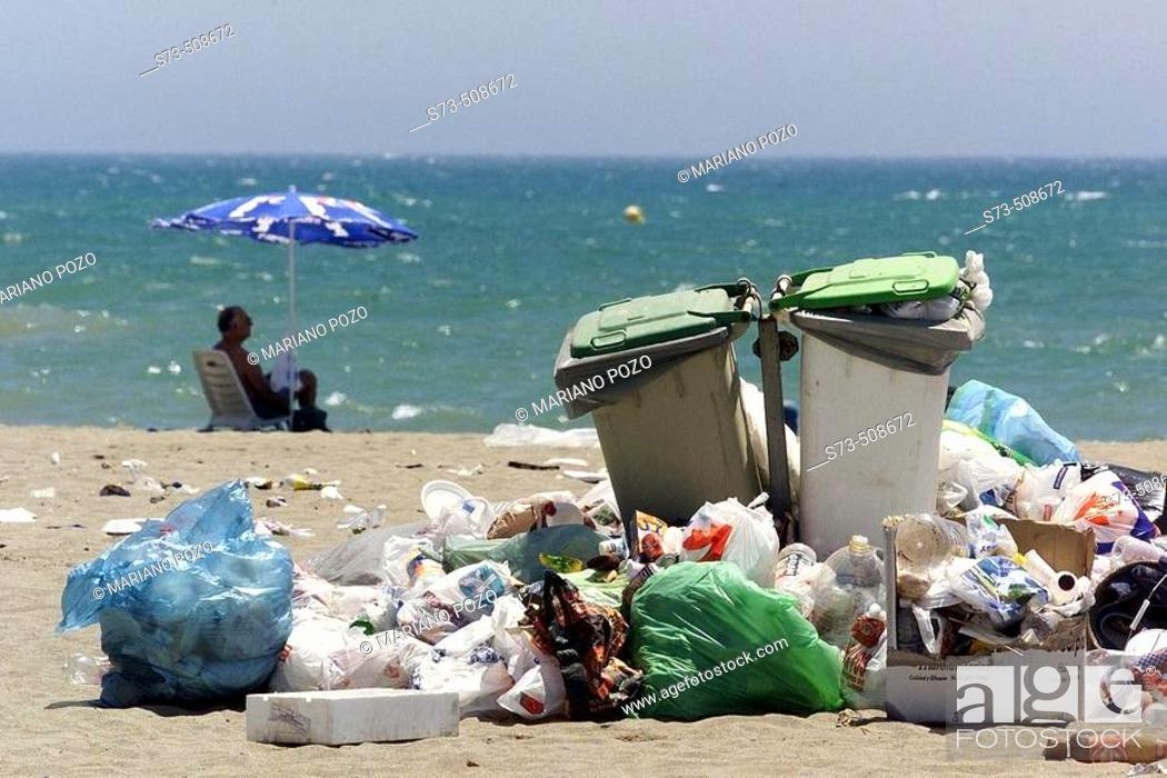Imagen: Garbage on a beach, Costa del Sol. Málaga province, Andalusia, Spain.