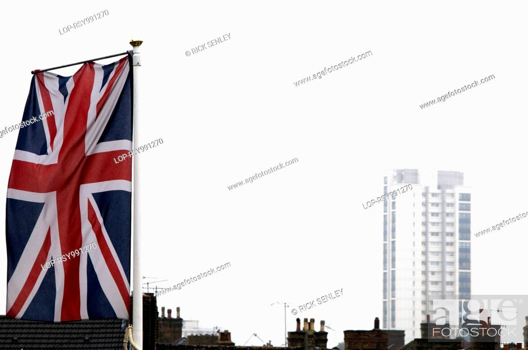 A union jack flag with a tower block in the background, Foto de ...