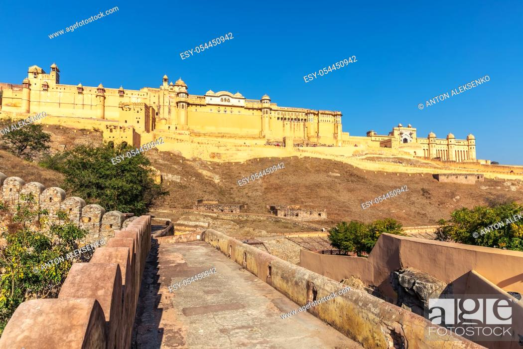 Imagen: Famous Amber Fort in India, Jaipur, view from the Wall Of Amer.