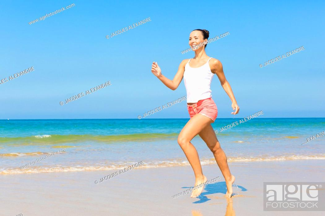 Imagen: woman exercises at the beach.