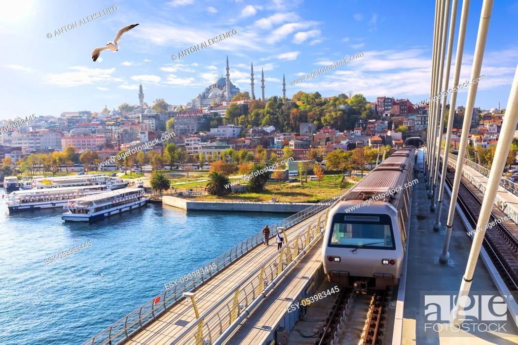 Imagen: Halic metro bridge and view on the Suleymaniye Mosque, Istanbul.