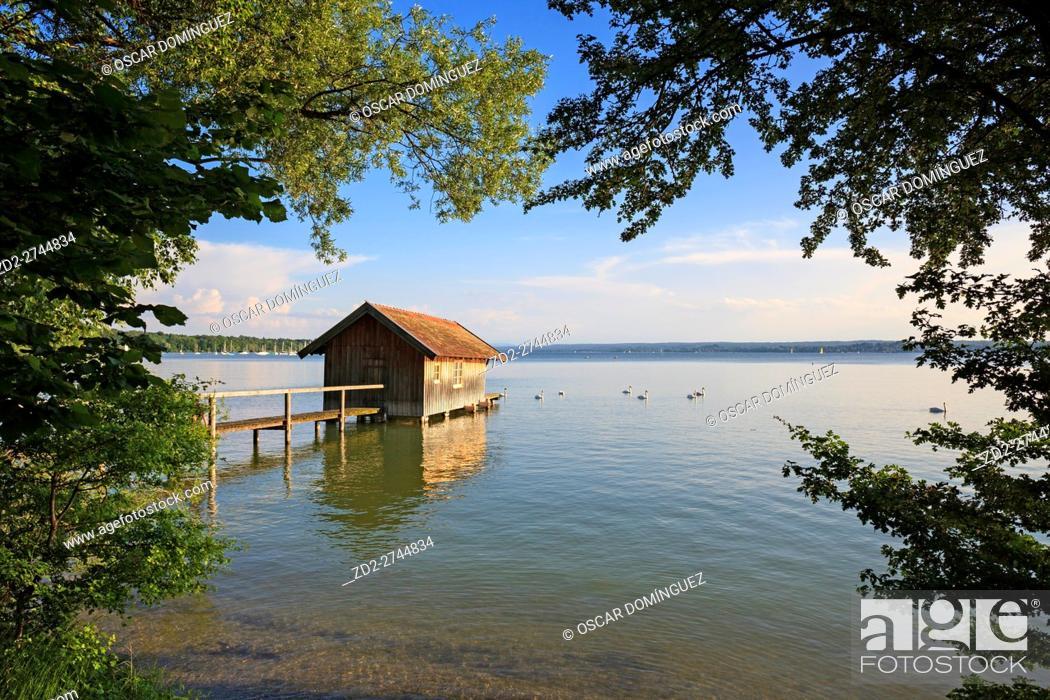 Imagen: Wooden boathouse in Ammer lake. Upper Bavaria. Germany.