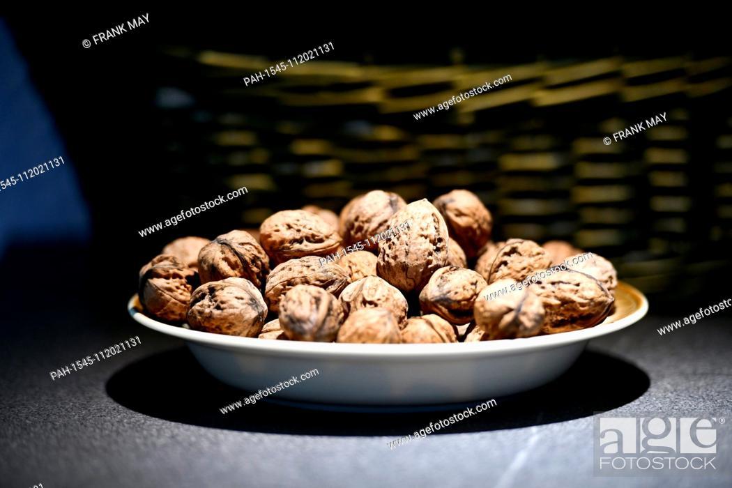 Imagen: Walnuts in a bowl, Germany, city of Frankfurt, 20. November 2018. Photo: Frank May | usage worldwide. - Frankfurt am Main/Hessen/Germany.