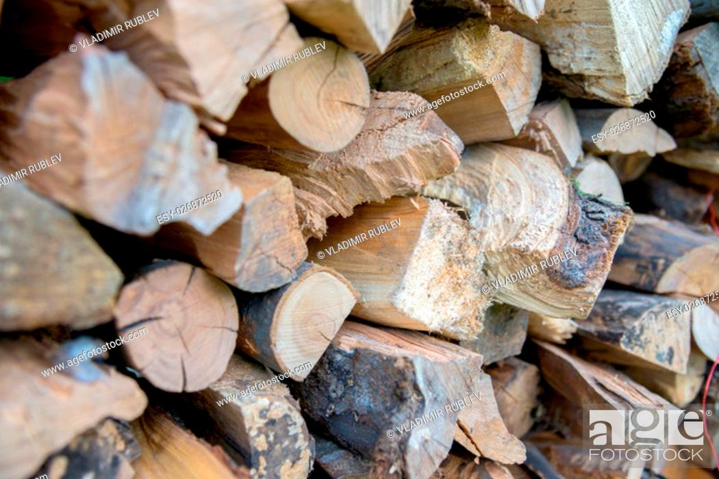 Imagen: Background of dry chopped firewood logs in a pile.