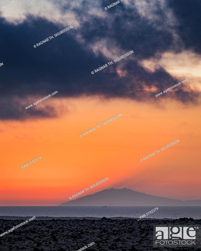 Imagen: Sunset over Snaefellsjokull Glacier, Iceland.