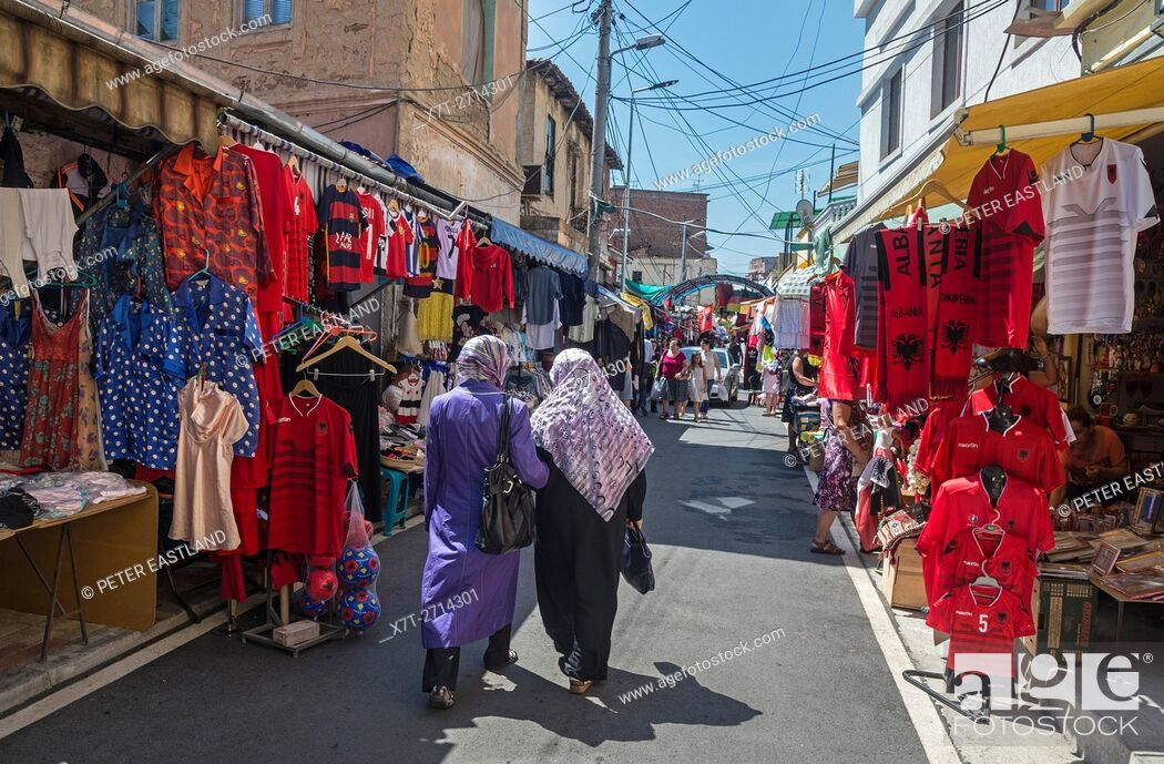 Imagen: Street market beind the Ruga Myslym Shyri in central Tirana, Albania, .