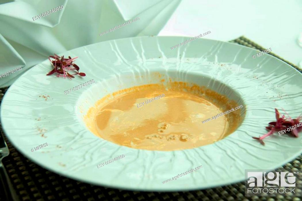 Imagen: Homemade Lobster Bisque Soup with Cream in white dish.