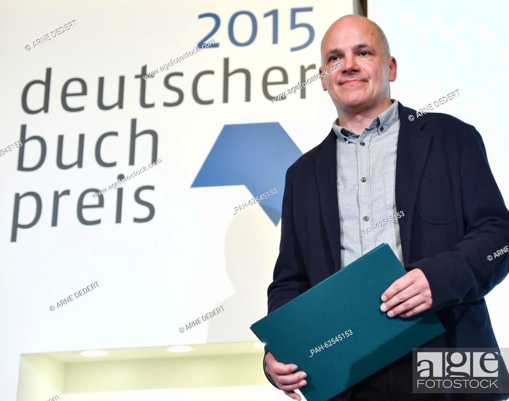 Imagen: Author Frank Witzel stands on stage with the German Book Prize 2015 in Frankfurt am Main, Germany, 12 October 2015. This is the 11th time the prize for the.