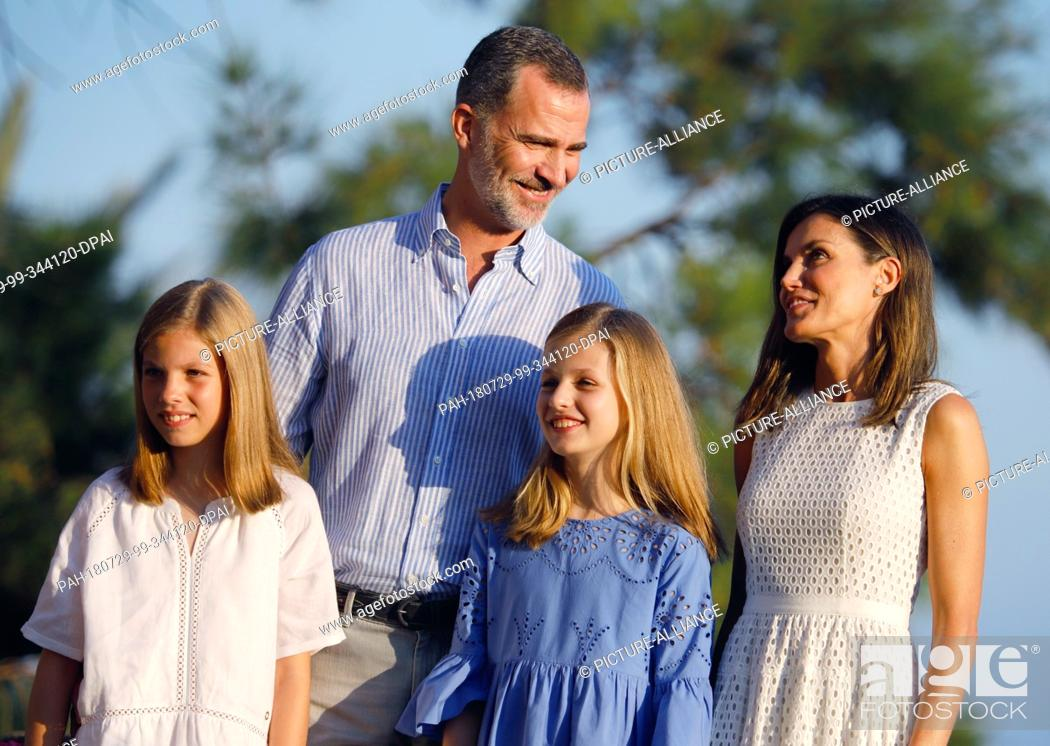 Stock Photo: 29.07.2018, Spain, Palma de Mallorca: Spain's King Felipe, Queen Letizia (r) and the daughters, Princess Leonor (2nd from right) and Princess Sofia (l) stand at.