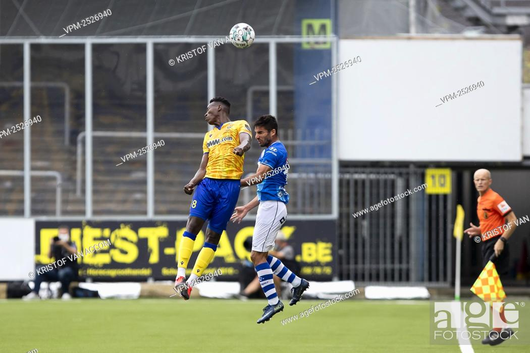 Imagen: STVV's Ibrahima Sankhon and Gent's Milad Mohammadi pictured in action during the Jupiler Pro League match between STVV and KAA Gent, in Sint-Truiden.