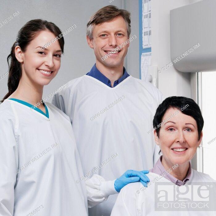Imagen: Portrait of three doctors in a laboratory.