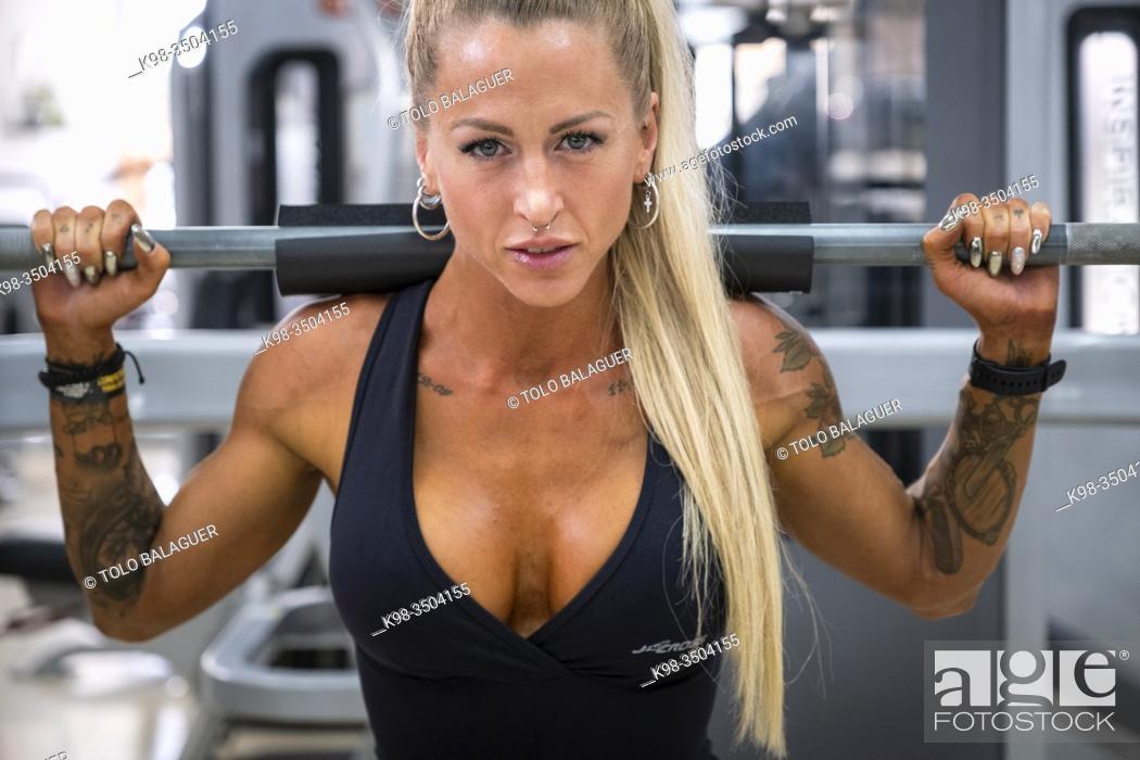 Imagen: mujer entrenando en un gimnasio de maquinas, llucmajor, Mallorca.