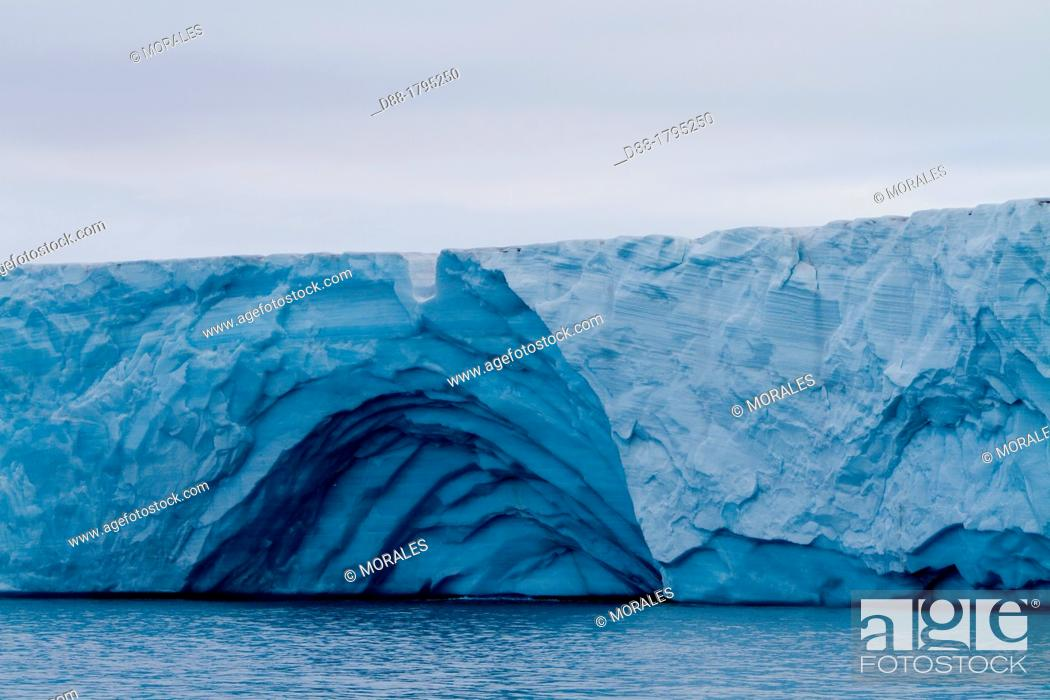 Stock Photo: Norway, Svalbard, Spitsbergen, Nordaustlandet , Brasvell's glacier , the ice melt , rivers and fountains flowing water.