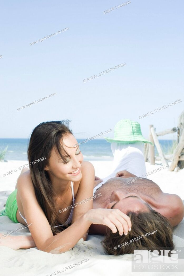 Imagen: couple in love on beach.