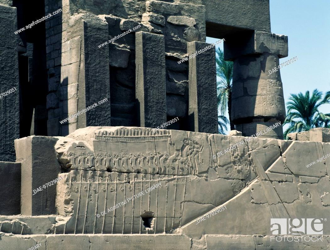Imagen: Transportation of the sacred boat, relief, east exterior wall of the Great Hypostyle Hall, Karnak temple complex (Unesco World Heritage List, 1979).
