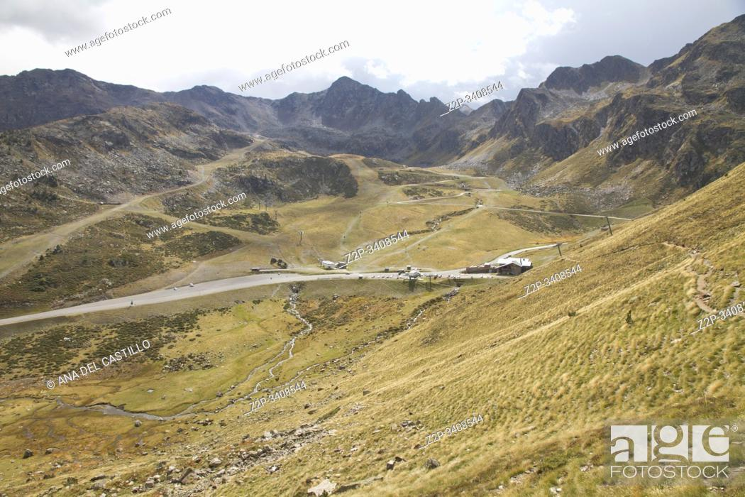 Imagen: Panorama from the access to Tristaina high mountain lakes in Pyrenees. Andorra.