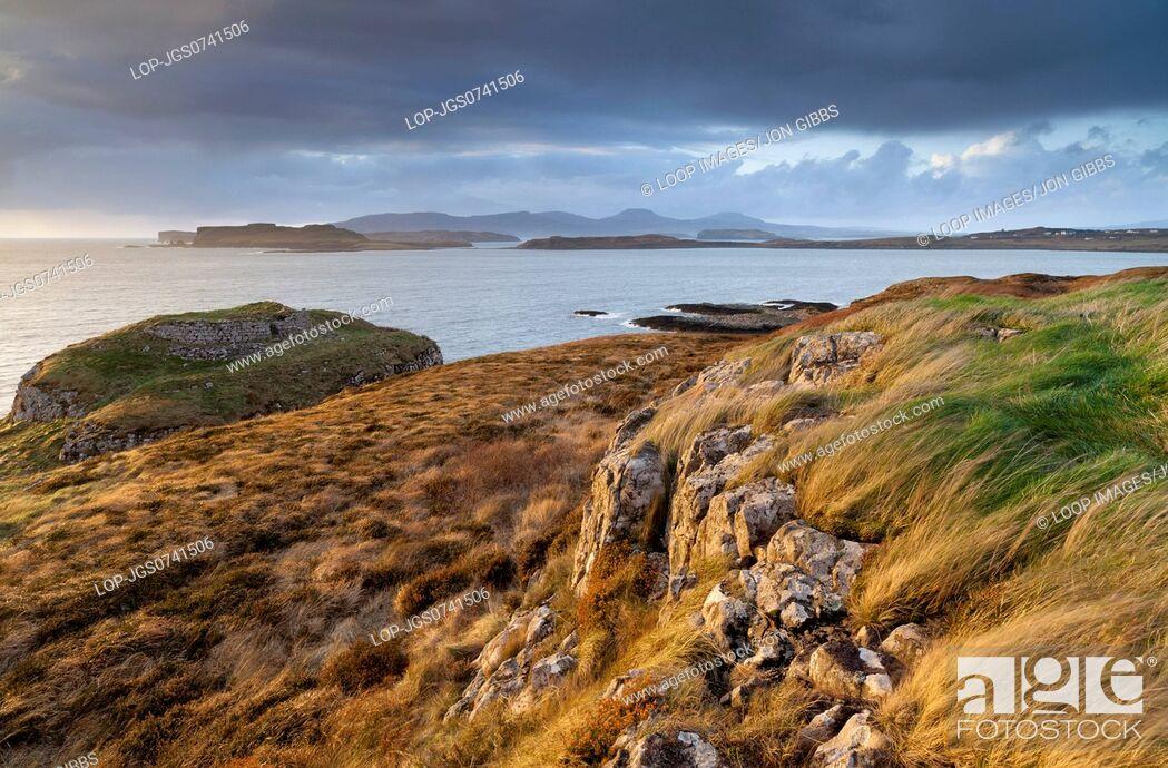 Imagen: A coastal scene with stormy weather.