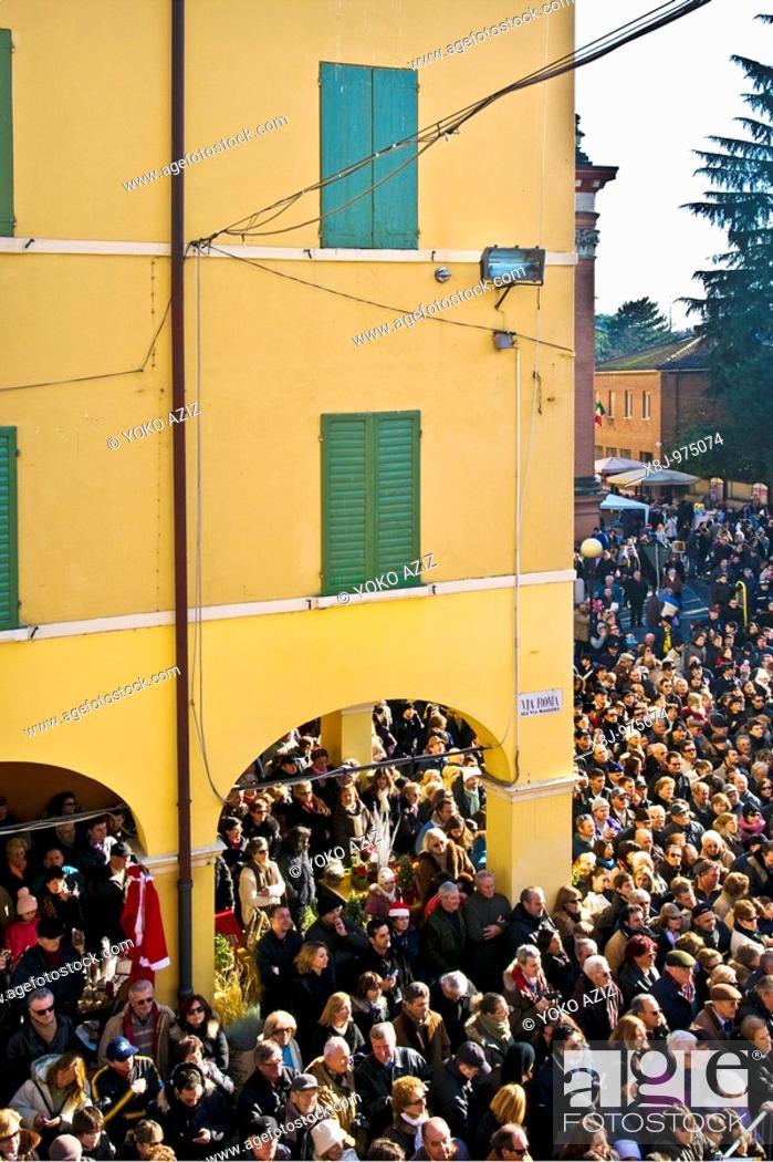 Imagen: The biggest zampone of the world, crowd awaiting giant zampone Castelnuovo Rangone - Modena, Italy.