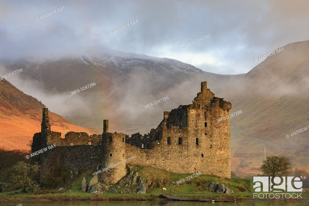 Imagen: Warm early morning sunlight on the face of Kilchurn Castle on Loch Awe in Scotland. The image was captured using a telephoto lens on an atmospheric morning in.