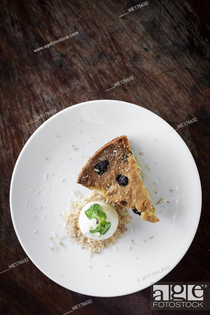 Imagen: organic banana and raisin cake with coconut ice cream sweet dessert.