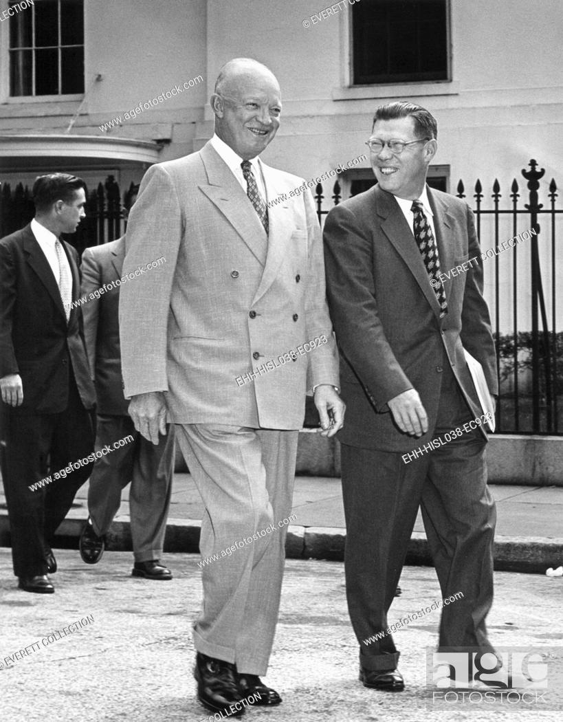 Imagen: President Eisenhower and White House Press Secretary James Hagerty, on way to a press conference. May 19, 1954. - (BSLOC-2014-16-117).