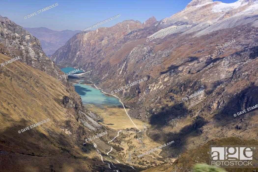 Imagen: The Llanganuco lakes of Chinancocha and Orconcocha seen from Portachuelo Pass, Cordillera Blanca, Ancash, Peru.