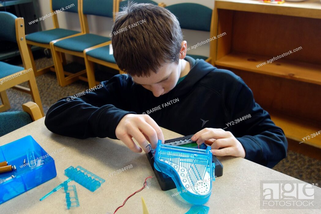 Photo de stock: 6th Grade Boy Working With Circuits, Wellsville, New York, USA.