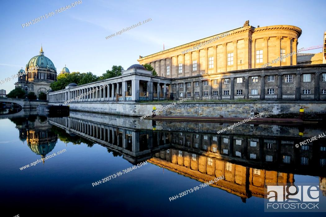 Imagen: 13 July 2020, Berlin: The Alte Nationalgalerie (r) and the Berliner Dom (l) are reflected in the light of the rising sun in the Spree.
