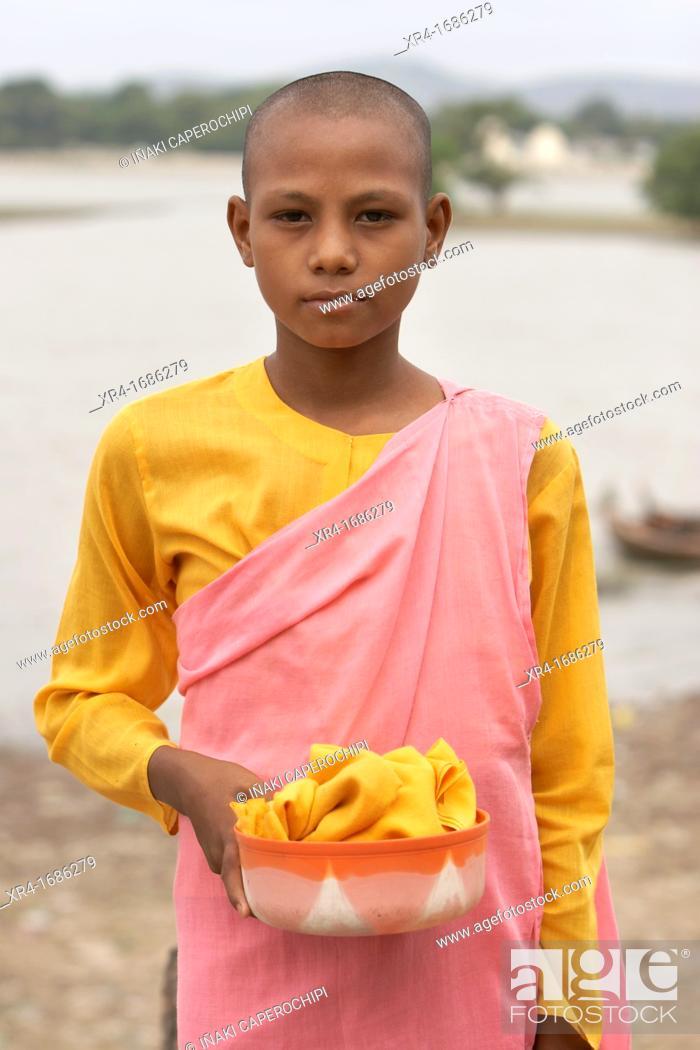 Stock Photo: Girls monks in the U Bein bridge, U Bein Bridge, Amarapura, Division of Mandalay, Myanmar, Burma, Asia.