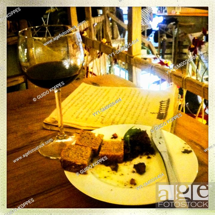 Imagen: Sofia, Bulgaria. Whine and Food in Cafe Sun & Moon at 16 Septembre Street. Nice and Cheap inside a great ambiance.