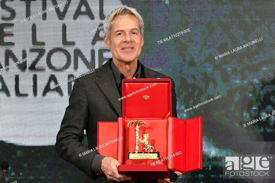 Imagen: Claudio Baglioni poses with the 'Amico di Sanremo ' Award (Friends of Sanremo) during the final press conference of 69th Sanremo Music Festival, Sanremo.