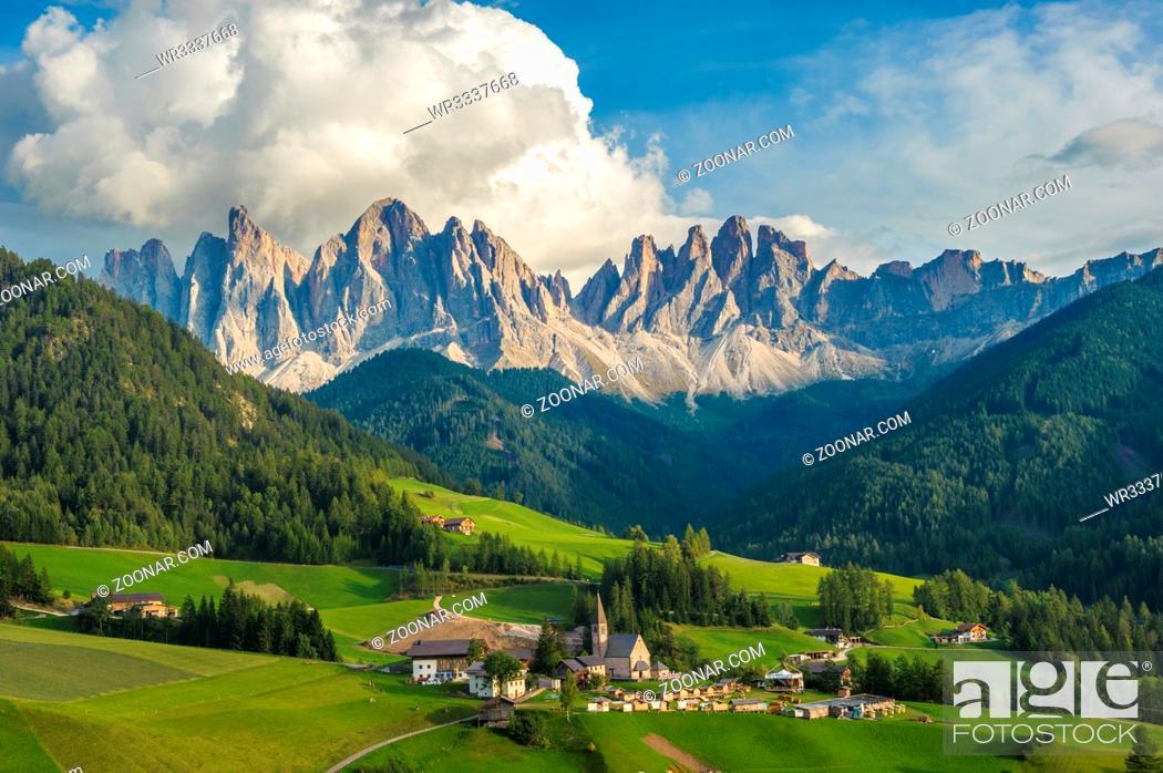 Imagen: Santa Maddalena Village and the Dolomites, Val di Funes, Italy.