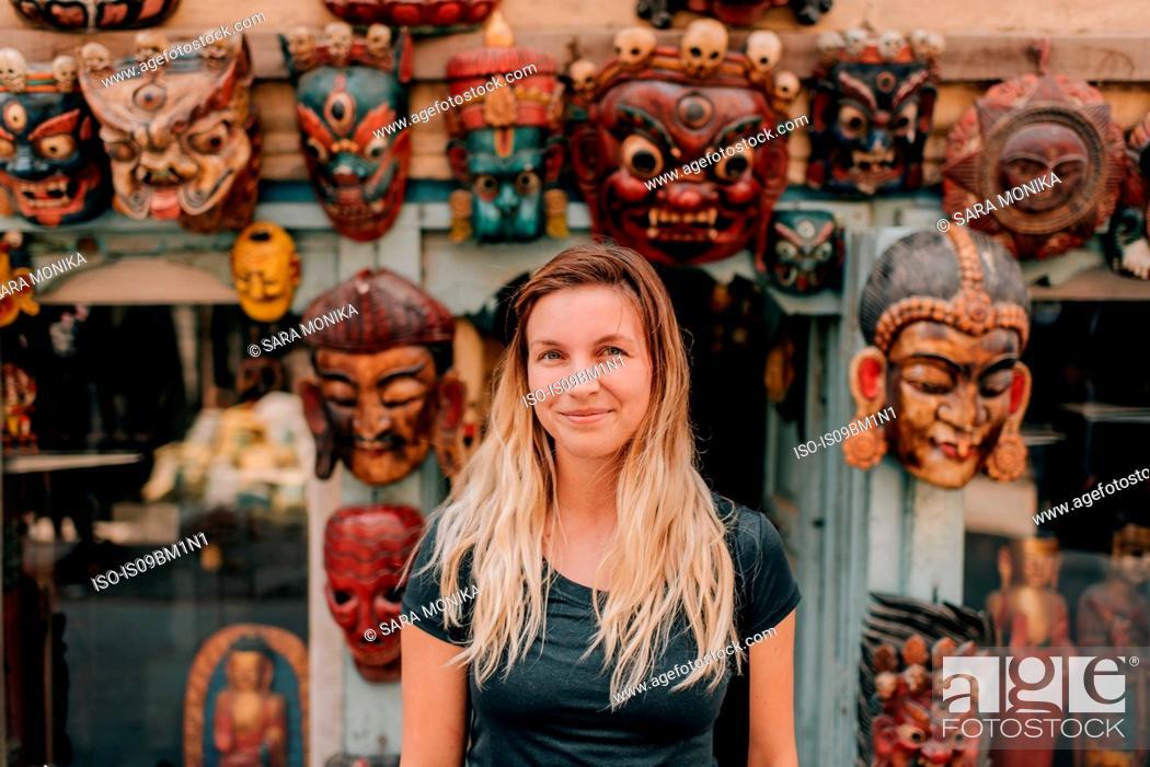 Imagen: Woman in front of masks, Kathmandu, Nepal.